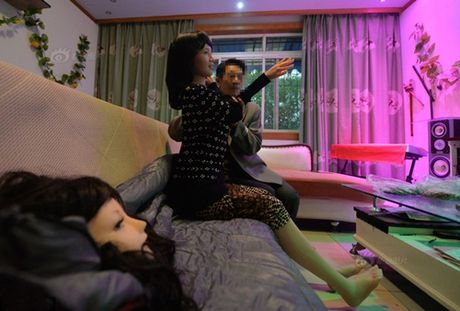 Nguoi dan ong bien bup be silicone thanh vo qua co - Anh 5