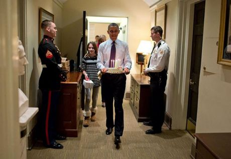 Khoanh khac dep nhat cua Obama suot 8 nam qua - Anh 25