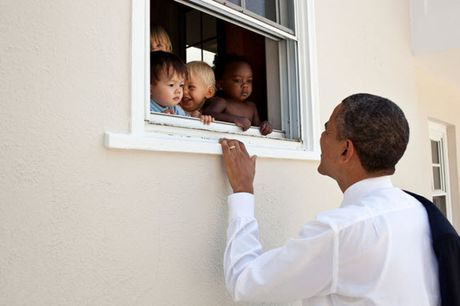 Khoanh khac dep nhat cua Obama suot 8 nam qua - Anh 7