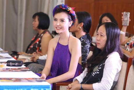 Hoa hau Ngoc Duyen dien ao yem goi cam di su kien - Anh 1