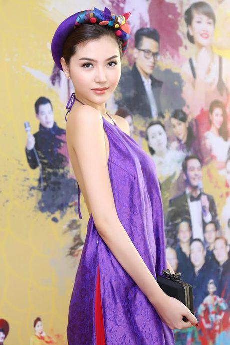 Hoa hau Ngoc Duyen dien ao yem goi cam di su kien - Anh 4