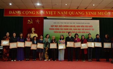 Ha Noi tri an can bo, giao vien cham soc, giao duc tre khuyet tat - Anh 1