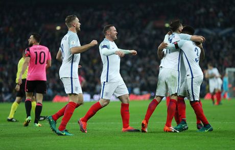 Cac cau thu Liverpool thay nhau toa sang, tuyen Anh thang de Scotland - Anh 2