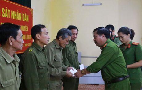 Hoc vien Canh sat nhan dan ho tro nhan dan mien Trung khac phuc kho khan sau lu - Anh 3