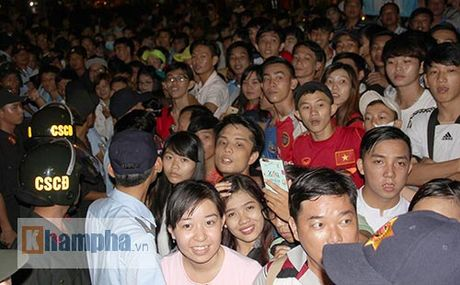 Fan khoc ngat vi khong co chu ky Cong Phuong, Van Toan - Anh 2