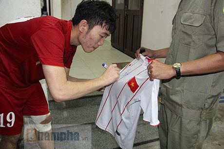 Fan khoc ngat vi khong co chu ky Cong Phuong, Van Toan - Anh 7