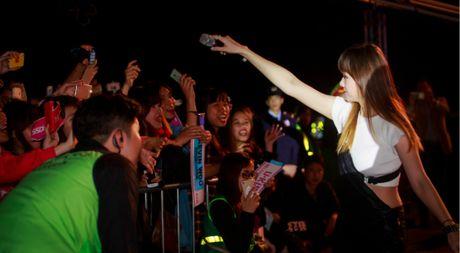 Hari Won duoc fan Ha Noi chao don sau luu dien chau Au - Anh 1