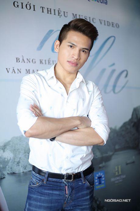 Ban gai Tien Dat mac sexy den chuc mung Bang Kieu - Anh 10