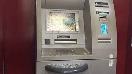 'Ngao da' dap pha 2 cay ATM luc nua dem - Anh 1