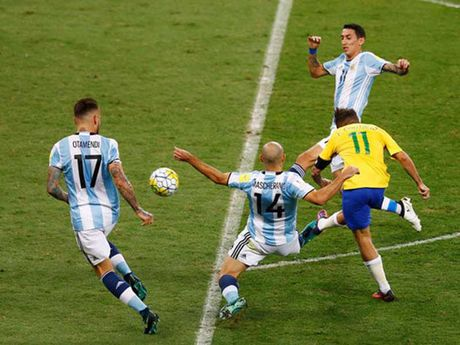 Thua Brazil 0-3, Argentina co nguy co mat World Cup - Anh 1