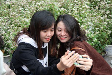 Thieu nu Ha thanh tao dang ben vuon hoa tam giac mach - Anh 6