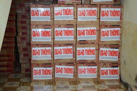 Bao Giao thong va nha hao tam trao qua cho nguoi dan vung lu - Anh 12