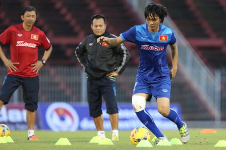 HLV Huu Thang lo ac mong chan thuong khi da giao huu CLB Nhat Ban - Anh 2