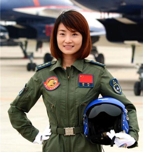 Nu phi cong dau tien lai chien dau co J-10 cua Trung Quoc tu nan - Anh 1