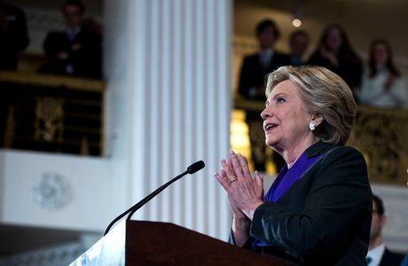 Hillary Clinton tuyen bo Giam doc FBI khien ba thua truoc ong Trump - Anh 1