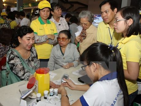'Thap sang xanh lam' o Ho Guom huong ung Ngay Dai thao duong - Anh 1