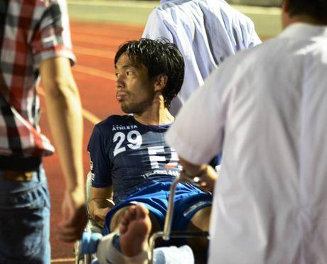 Clip Que Ngoc Hai vao bong ron nguoi voi cau thu Avispa Fukuoka - Anh 1