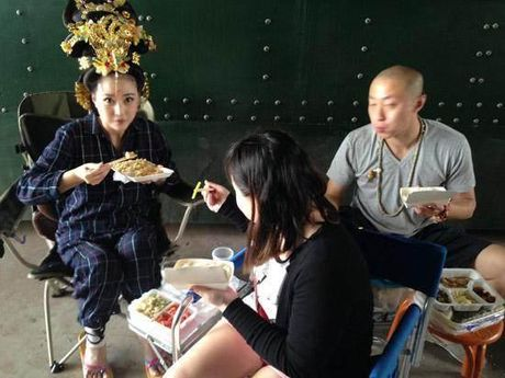 Can canh nhung bua an cua sao Hoa ngu tren truong quay - Anh 1