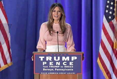 Nhin lai thoi trang cua ba Melania Trump trong chien dich tranh cu - Anh 5