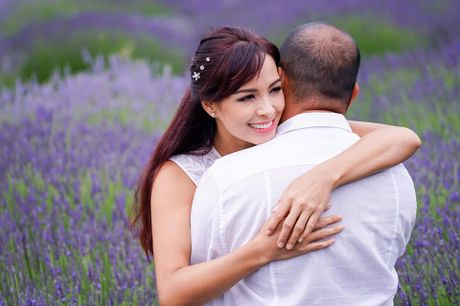 Gia dinh Minh Khang, Thuy Hanh hanh phuc ben canh dong hoa oai huong - Anh 10