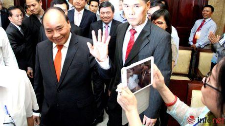 Hinh anh Thu tuong Nguyen Xuan Phuc gap go dai bieu kieu bao - Anh 1
