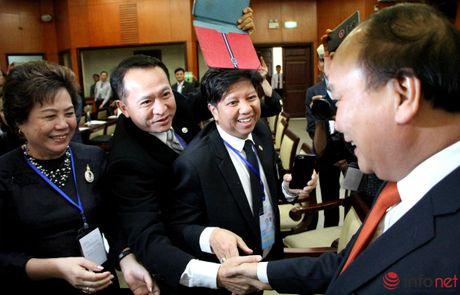 Hinh anh Thu tuong Nguyen Xuan Phuc gap go dai bieu kieu bao - Anh 3