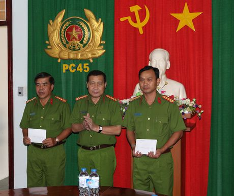 Cong an Vinh Long thuong nong pha nhanh 2 vu an giet nguoi - Anh 1