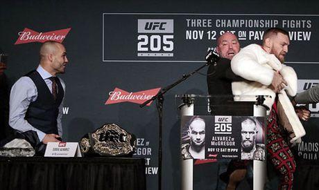 "Chi tiet UFC, McGregor - Alvarez:""Ga dien"" len ngoi thuyet phuc (KT) - Anh 12"