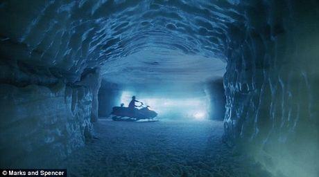 Phat sot voi 'ba gia Noel' mang phong cach… diep vien 007 - Anh 2