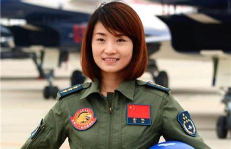 Nu phi cong xinh dep lai chien dau co J-10 Trung Quoc tu nan - Anh 1