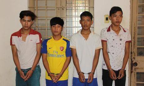 Bat nhom cuop dung roi dien cuop xe mang qua Campuchia tieu thu - Anh 1
