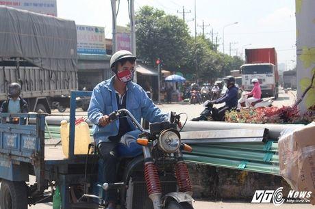 Xe 'may chem' dan hang ngang, 'dai nao' tinh lo Binh Duong - Anh 12