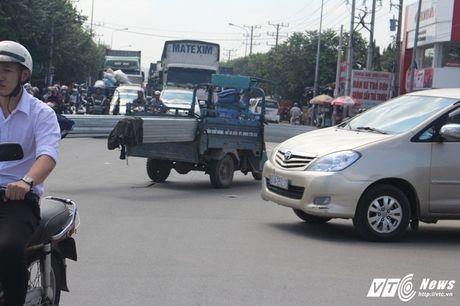 Xe 'may chem' dan hang ngang, 'dai nao' tinh lo Binh Duong - Anh 13