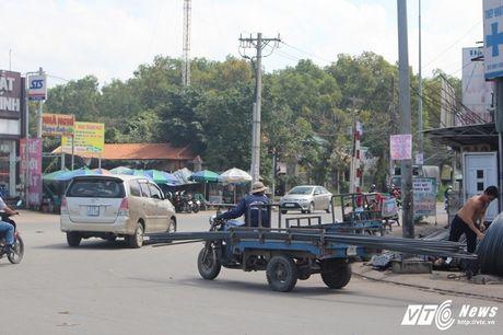 Xe 'may chem' dan hang ngang, 'dai nao' tinh lo Binh Duong - Anh 14