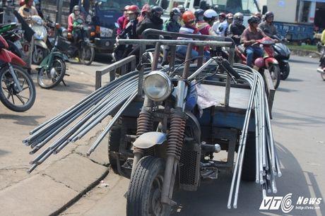 Xe 'may chem' dan hang ngang, 'dai nao' tinh lo Binh Duong - Anh 15