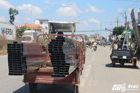 Xe 'may chem' dan hang ngang, 'dai nao' tinh lo Binh Duong - Anh 4