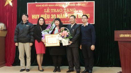 Trao tang Huy hieu 30 nam tuoi Dang cho dang vien Ngo Ngoc Thuy - Anh 2
