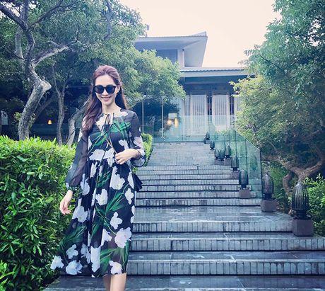Facebook Sao: Elly Tran xuong bep tao moi quan he voi ekip, Ngoc Trinh ngu nuong cuoi tuan - Anh 1