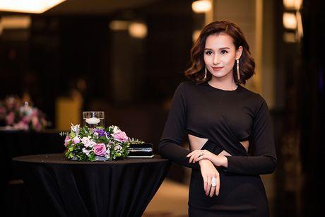 La Thanh Huyen tu tin khoe eo thon, do dang ben dan my nhan Viet - Anh 3