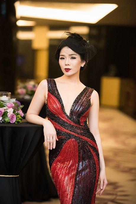La Thanh Huyen tu tin khoe eo thon, do dang ben dan my nhan Viet - Anh 7