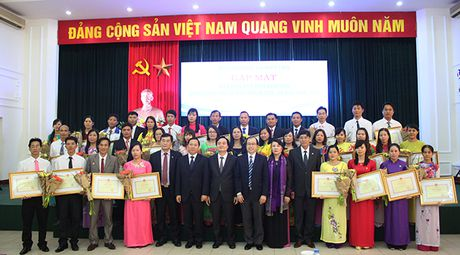 42 giao vien cong tac tai dao chia se tam tu voi Bo truong Phung Xuan Nha - Anh 1