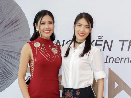 Lan Khue 'do chieu cao' voi Nguyen Thi Loan - Anh 1