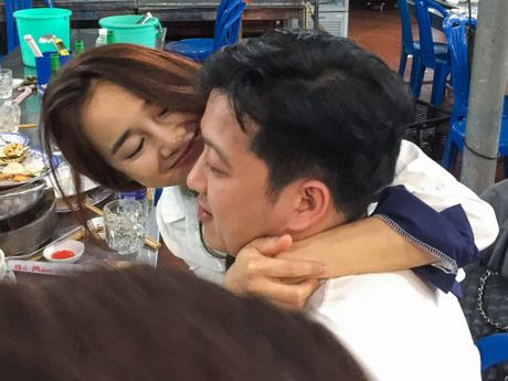 Nha Phuong om hon Truong Giang khi di an khuya - Anh 7
