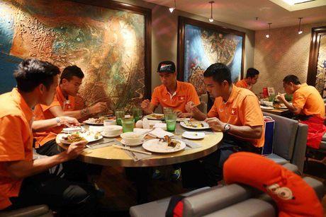 DTVN: O khach san hang sang van mang theo mi tom 'chong doi' - Anh 2
