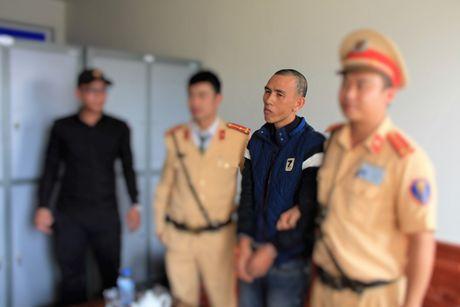 Quang Ninh: CSGT bat doi tuong cuong doat tai san ngay tren xe khach - Anh 1