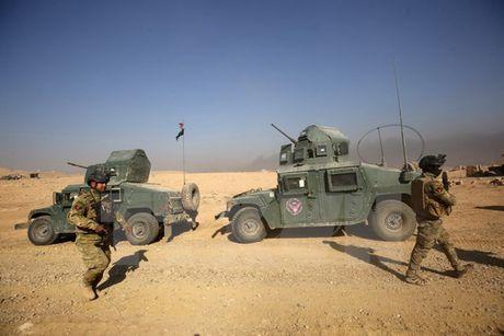 Bi don vao chan tuong o Mosul, IS gia tang tan cong bom xe lieu chet - Anh 1