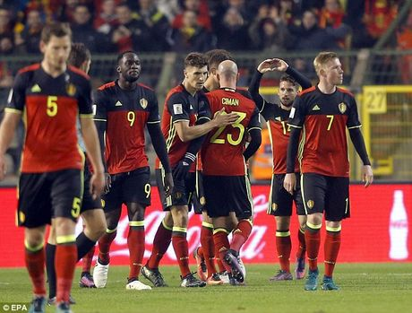 Eden Hazard dua Thierry Henry len may xanh - Anh 3
