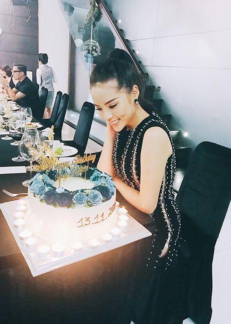 Hoa hau Ky Duyen hanh phuc don tuoi 20 ben ban be - Anh 6