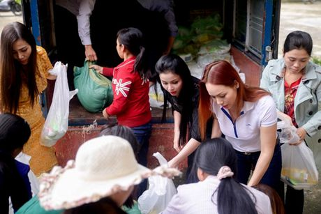 Nguoi dan Ha Tinh cam dong truoc tam long cua cac Hoa Hau Phu Nhan Hoan Cau - Anh 1