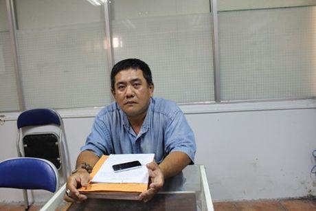 Bat ngo cau thu U19 bi cat hop dong khi dang tri chan thuong - Anh 1
